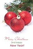 Sammansättning med röda skinande julbollar som isoleras Royaltyfri Foto