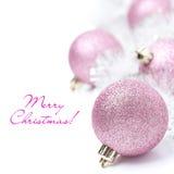 Sammansättning med rosa julbollar och glitter som isoleras royaltyfri fotografi