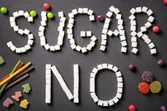 Sammansättning med sötsaker och formulerar INGET SOCKER royaltyfri foto
