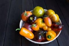 Sammansättning med saftiga tomater på träbakgrund arkivbilder