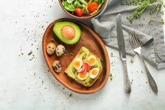 Sammansättning med smakligt rostat bröd på ljus bakgrund fotografering för bildbyråer