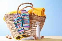 Sammansättning med strandtillbehör på sand mot färgbakgrund royaltyfria bilder