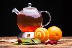 Sammansättning med te och frukt på ugnen Royaltyfri Foto