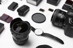 Sammansättning med utrustning för yrkesmässig fotograf arkivbilder