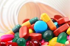 Sammansättning med variation av den drogpreventivpillerar och behållaren Royaltyfri Foto