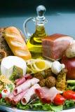 Sammansättning med variation av livsmedelsbutikprodukter inklusive grönsaker, frukter, kött, mejeri och vin arkivbilder