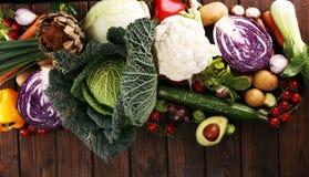 Sammansättning med variation av rå organiska grönsaker och frukter allsidigt banta arkivbilder