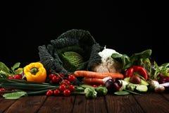 Sammansättning med variation av rå organiska grönsaker och frukter allsidigt banta arkivbild