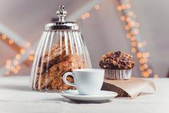 Sammansättning tabellen med en kopp kaffe och pchenem på ljus bakgrund Fotografering för Bildbyråer