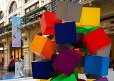 Sammansättningen av mång--färgat ordnade på måfå plast- kuber arkivbild
