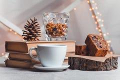 Sammansättningsböcker, bula, chokladkaka och kopp kaffe på ljus bakgrund Fotografering för Bildbyråer
