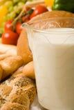 sammansättningslivsmedel för 2 bröd mjölkar royaltyfria foton