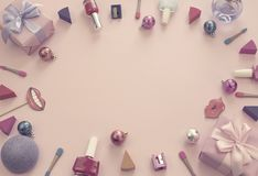 Sammansättningsuppsättningen av dekorativa skönhetsmedel spikar rosa färger för bakgrund för pilbåge för satäng för band för gåva Royaltyfria Foton
