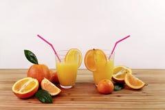 Sammans?ttning med citrus och orange fruktsaft royaltyfri foto
