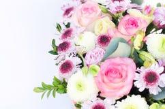 Sammans?ttningen av blommor ?verst arkivfoton