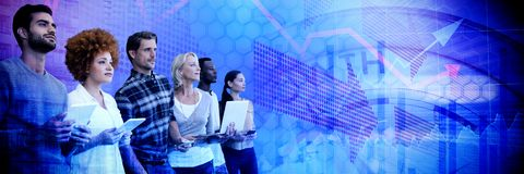 Sammansatt bild av affärsfolk som ser bort, medan stå mot vit bakgrund royaltyfri foto