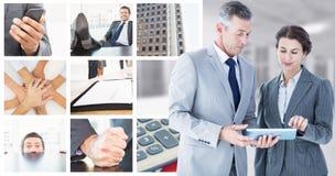 Sammansatt bild av affärsfolk som ser minnestavlan arkivfoton