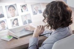 Sammansatt bild av affärskvinnan som använder bärbara datorn på skrivbordet i idérikt kontor royaltyfri bild