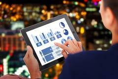 Sammansatt bild av affärskvinnan som arbetar på den digitala minnestavlan över vit bakgrund Fotografering för Bildbyråer