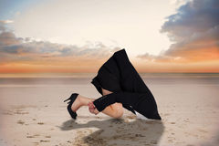 Sammansatt bild av affärskvinnan som begraver hennes huvud fotografering för bildbyråer