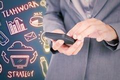 Sammansatt bild av affärskvinnan som kallar med hennes smartphone Arkivfoton