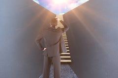 Sammansatt bild av affärsmannen som är stående tillbaka till kameran med handen på huvudet 3d Royaltyfri Fotografi