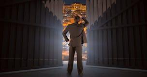 Sammansatt bild av affärsmannen som är stående tillbaka till kameran med handen på huvudet 3d Royaltyfria Bilder
