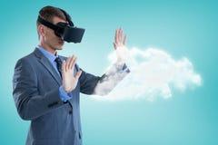 Sammansatt bild av affärsmannen som använder virtuell verklighethörlurar med mikrofon 3d Royaltyfri Foto