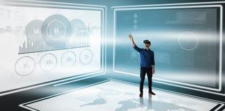 Sammansatt bild av affärsmannen som gör en gest, medan se ändå virtuell verklighetsimulatorn Royaltyfri Foto