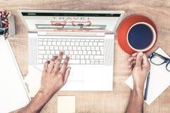 Sammansatt bild av affärsmannen som har kaffe, medan skriva på bärbara datorn Royaltyfria Bilder