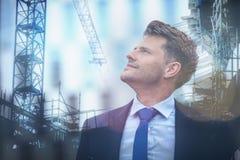 Sammansatt bild av affärsmannen som ser arbete som är pågående i staden Arkivfoto
