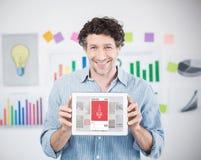 Sammansatt bild av affärsmannen som visar den digitala minnestavlan med den tomma skärmen i idérikt kontor Arkivfoto