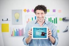 Sammansatt bild av affärsmannen som visar den digitala minnestavlan med den tomma skärmen i idérikt kontor Arkivbilder