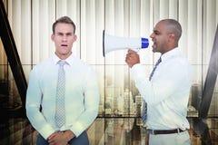 Sammansatt bild av affärsmannen som skriker med en megafon på hans kollega Arkivbilder