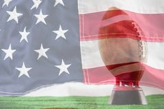 Sammansatt bild av amerikansk fotboll på utslagsplats mot vit bakgrund arkivbilder