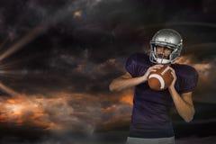 Sammansatt bild av amerikansk vit för fotbollsspelareinnehavboll som bort ser Royaltyfria Foton