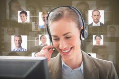 Sammansatt bild av att le affärskvinnan med hörlurar med mikrofon royaltyfri fotografi