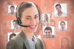 Sammansatt bild av att le affärskvinnan med hörlurar med mikrofon genom att använda datorer Arkivbild