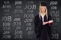 Sammansatt bild av att le den blonda studenten i den doktorand- ämbetsdräkten som rymmer hennes diplom Arkivbilder