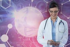 Sammansatt bild av att le den kvinnliga doktorn som använder den digitala minnestavlan Arkivfoto