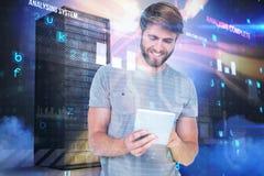 Sammansatt bild av att le den unga mannen som använder den digitala minnestavlan 3d Arkivbild