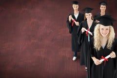 Sammansatt bild av att le gruppen av tonåringar som firar efter avläggande av examen Royaltyfri Bild