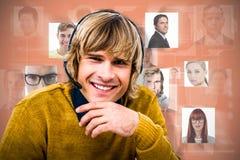 Sammansatt bild av att le hipsteraffärsmannen genom att använda hörlurar med mikrofon royaltyfri foto