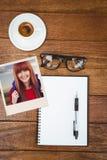 Sammansatt bild av att le hipsterkvinnan med en lopppåse som tar selfie Arkivfoton