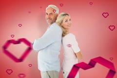 Sammansatt bild av att le par som tillsammans står lutande baksidor Arkivfoto