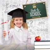 Sammansatt bild av att le skolflickan med det avläggande av examenlocket och innehavet hennes diplom Royaltyfri Foto
