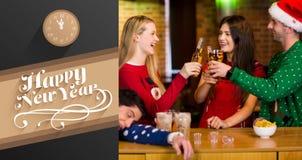 Sammansatt bild av att le vänner som har drinkar under jul vektor illustrationer