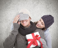 Sammansatt bild av den överraskande maken för kvinna med gåvan Royaltyfria Bilder