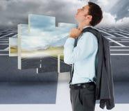 Sammansatt bild av den allvarliga affärsmannen som rymmer hans omslag Arkivfoton