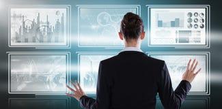 Sammansatt bild av den bakre sikten av affärskvinnan som använder den digitala skärmen Royaltyfri Bild